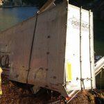 Muere el conductor de un camión tras precipitarse por un puente de 30 metros en Oliana