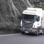 Un camionero en serios apuros abandonado a su suerte por desprendimientos y fuertes lluvias en una carretera estrecha llegando la noche