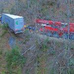"""Un camión al borde del """"abismo"""". La dificultad del rescate obligó a utilizar excavadoras de cadenas"""