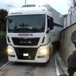 Un camión de Bresciafiori termina su camino atascado sin poder avanzar o retroceder