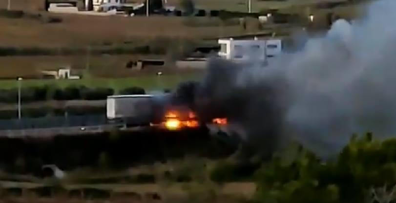 Dos muertos y un herido en el choque entre un camión y una furgoneta en la C-15 en Vilafranca del Penedès