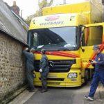 Un camión atrapado en una callejuela, donde acceder es misión imposible
