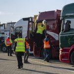La sujeción de la carga suspende en un macro control de camiones a gran escala en Alemania