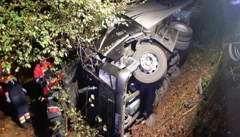 Muere un camionero después de quedarse dormido. El camión rodó 30 metros por el campo y volcó.
