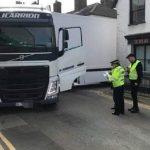 Un camionero de JCarrión bloquea una carretera nacional y arrasó una pared perdido por el GPS