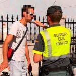 Un ciclista drogado, sin casco y móvil en mano lanza un beso a la Guardia Civil en Monforte