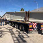 Un camionero drogado y con una viga de 50 m y 35 tn choca con un puente en Paterna