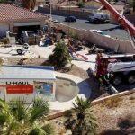 Cae con su camión en una piscina tras enganchársele el cordón en el acelerador