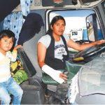 Mayra, la camionera que conduce un camión con su copiloto de tres años