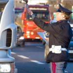 Tacógrafo. Un camionero parado por la policía, tira el imán por la ventana con la esperanza (en vano) de salir victorioso
