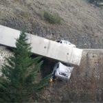 El milagroso instante en que un camión suspendido en el vacío en la D104, hace que el camionero salga ileso