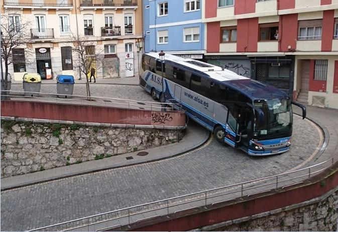 Un autobús de Alsa se queda atascado en una calle de Santander