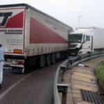 Chocan dos camiones en la N-240, en Lleida
