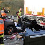 Muere una joven de 26 años al incrustarse bajo un camión