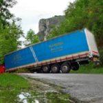 Un camionero se desorienta en Turza, hace la tijera y bloquea el paso de la vía