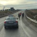 ¿Cuando puedo adelantar a un grupo de ciclistas escoltados por un coche? ¿ Esto es legal? – Vídeo