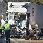 Muere el conductor de un camión tras colisionar dos articulados en la A-6 en Coirós