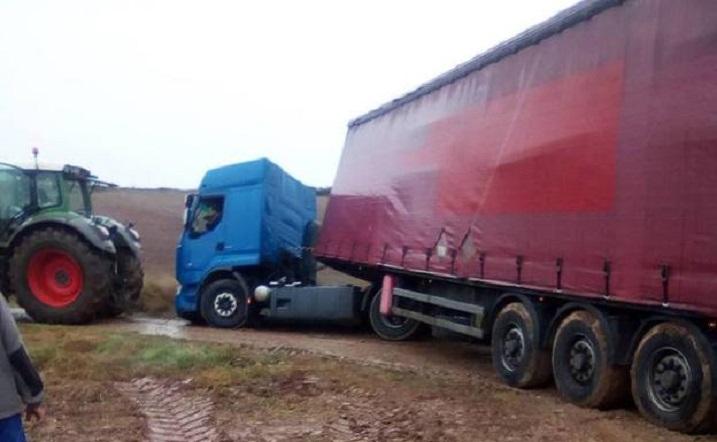 Otro camión perdido… esta vez en Cirueña: los rescatadores fueron los vecinos con un tractor