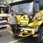 Se hace un 'selfie' con un camión del Dakar y rompe el frontal