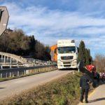 Un camión se quedó atascado en un carril bici quizás por el GPS
