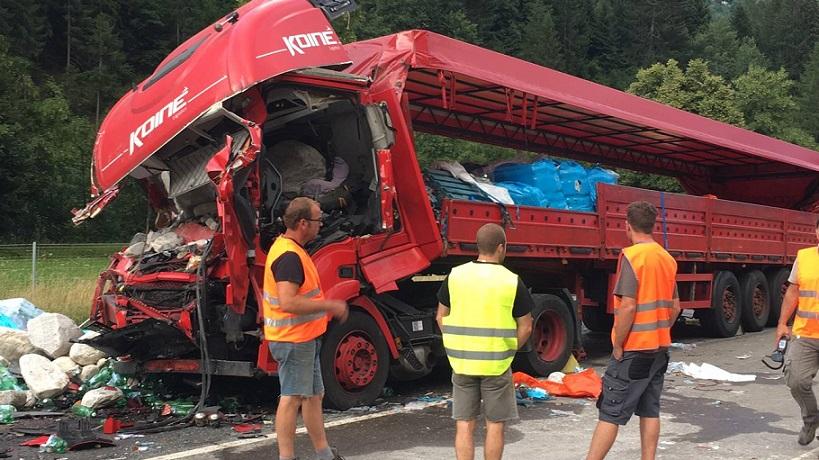Il camion che ha tamponato la colonna