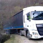 Un camión perdido permanece más de treinta horas atascado en el monte de Lugar del Río