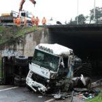 Un camionero con 63 años que debería estar jubilado, muere al estrellarse con el camión por un puente
