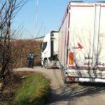 Un camionero se queda atascado en un camino de Pamplona