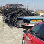 Hablando de ley de la estiba: la carga de barras de hierro quedan colgadas de un camión en una carretera de la Ribera