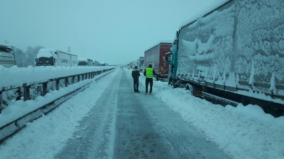 Detienen 13 camiones no aptos para circular. Uno llevaba 640 kg de nieve y hielo en el techo