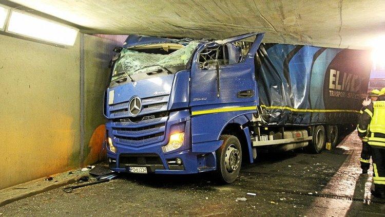 Un camionero herido grave, al colisionar contra un paso subterráneo para coches en la fábrica Volkswagen