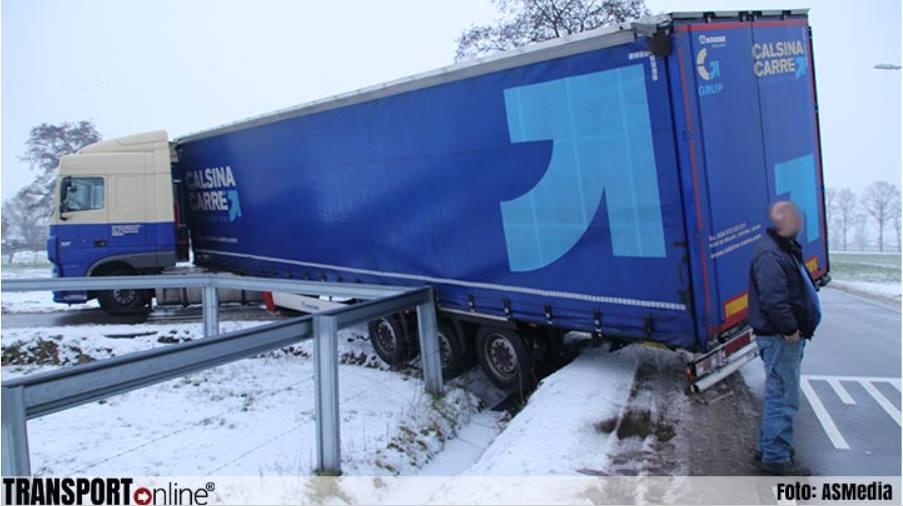 Un camión Español, horas atascado en una zanja en los Países Bajos