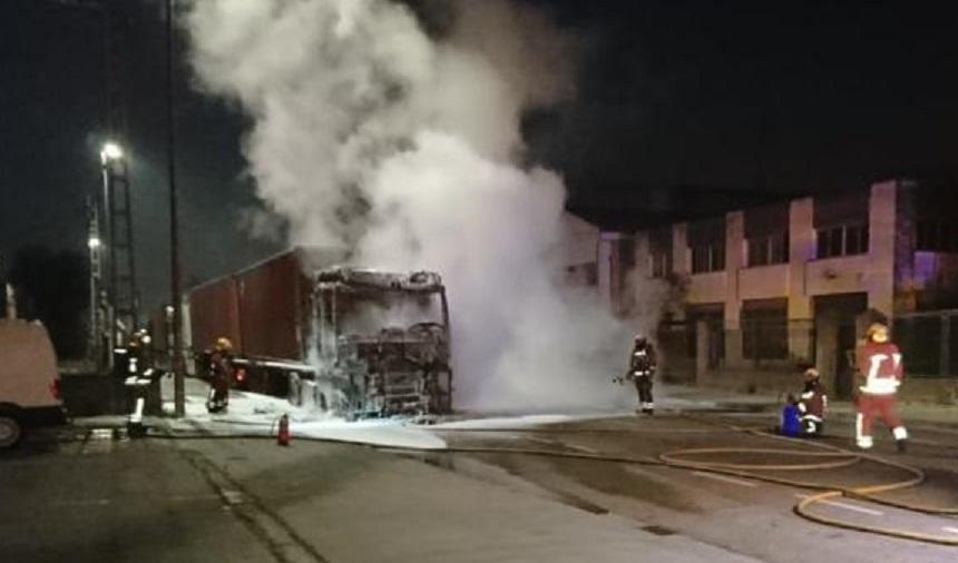 Un camionero sobrevive tras incendiarse por un fallo del calefactor el camión donde dormía