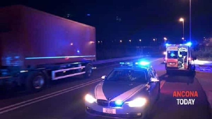 Polizia Stradale con ambulanza di notte 2