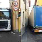 Un camión articulado se atasca en una calle limitada a vehículos de más de 2,50 m  y 5t