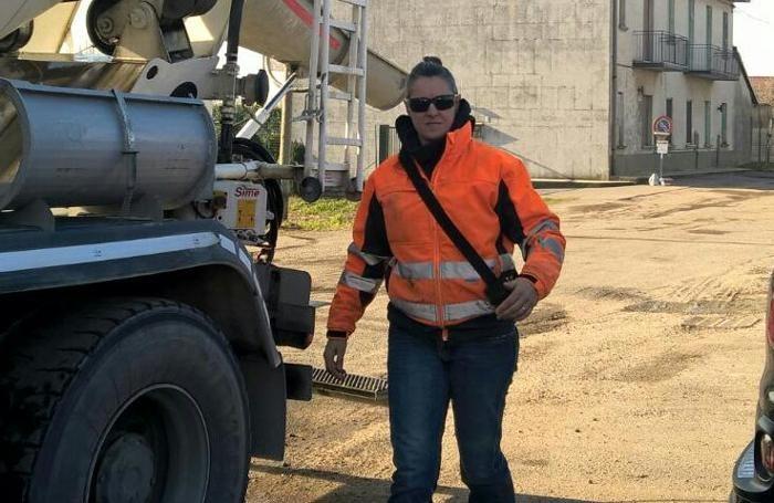 Iolanda Martinelli de 40 años, la única mujer que maneja un camión hormigonera en Italia