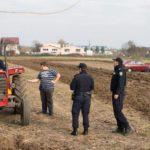 Un granjero da una lección a un grupo de personas que no respectaban las normas