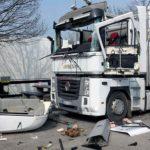Un camionero herido muy grave, tras una brutal explosión la cabina del camión en un aparcamiento