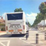 Un chófer de autobuses Plana, conduce de manera temeraria: golpea bolardos y coches en Tarragona