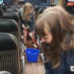 Los niños limpian el autobús después de un viaje: campaña de concienciación de los escolares