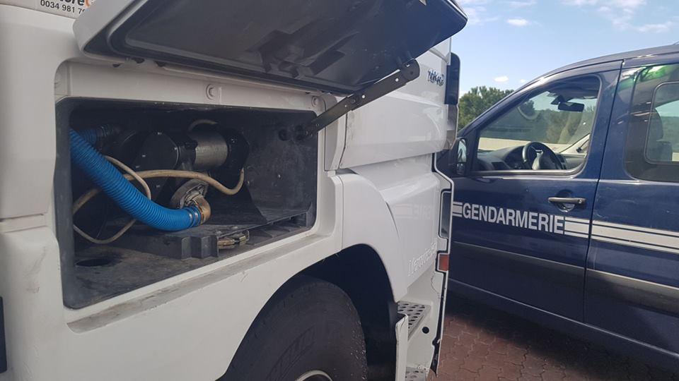 Pillados al instante dos conductores robando diésel con una bomba instalada el camión
