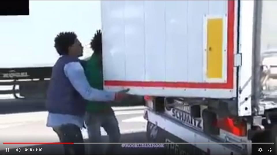 Estas imágenes no las verás en televisión.  Inmigrantes ilegales cortando carreteras y desvalijando camiones