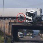 Pánico esta mañana en SS-16 al colisionar un camión contra la barrera y quedar en equilibrio en Italia