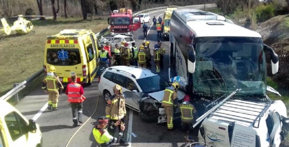 Grave accidente con heridos críticos en Vidreres en el choque de un autocar con 3 coches