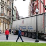 Un camión de «El Mosca» atascado en Gijón provoca retenciones en tráfico