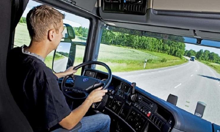 jovem dirigindo caminhão