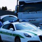 Multa de 8.000 € a un camión español por exceso de velocidad 120 km/h y a otro por leer el periódico al volante