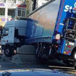 Un camión atrapado contra un bolardo gigante que el conductor no vio en los Países  Bajos