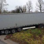 Un camión ruso atascado sin salida por el GPS en la Provincial III desde Nozza a Casto