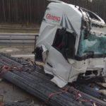 Herido grave un camionero de Girteka, tras ser arrollada la cabina por la carga de barras de hierro